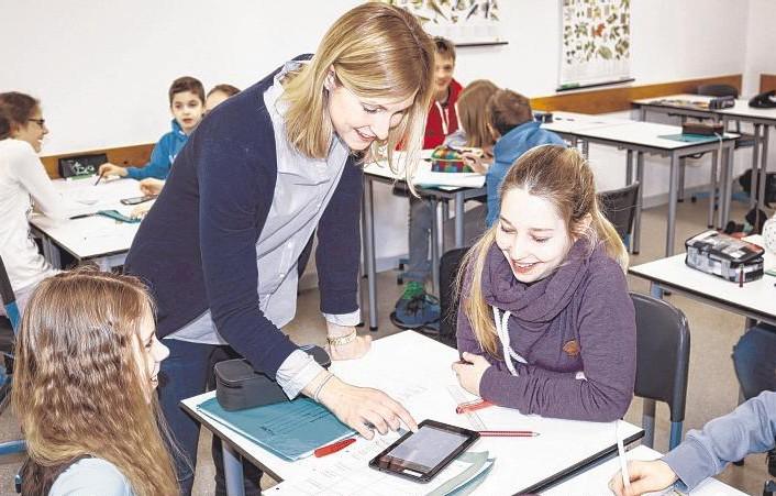 Biologie-Unterricht auf dem Tablet-PC: Vanessa und Pia (r.) aus der Klasse 6a der WBS mit Lehrerin Merle Koop.