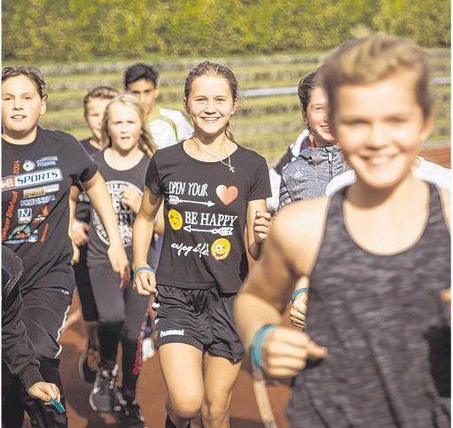 Glückliche und erfolgreiche Schüler beim Lauftag 2016 Quelle: shz.de/Helm